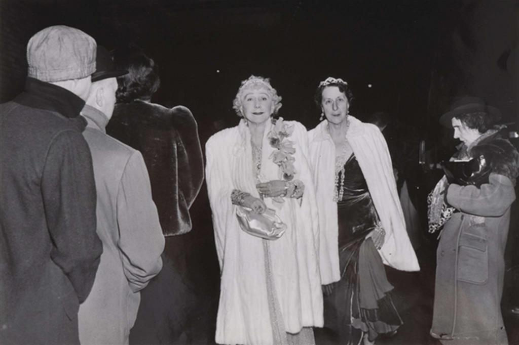 La critica - Msr. Cavanaugh e un'amica entrano alla Metropolitan Opera House, 1943 (Weegee) -