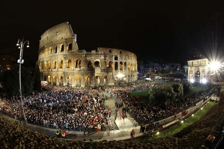 Colosseo, ecco chi porterà la Croce