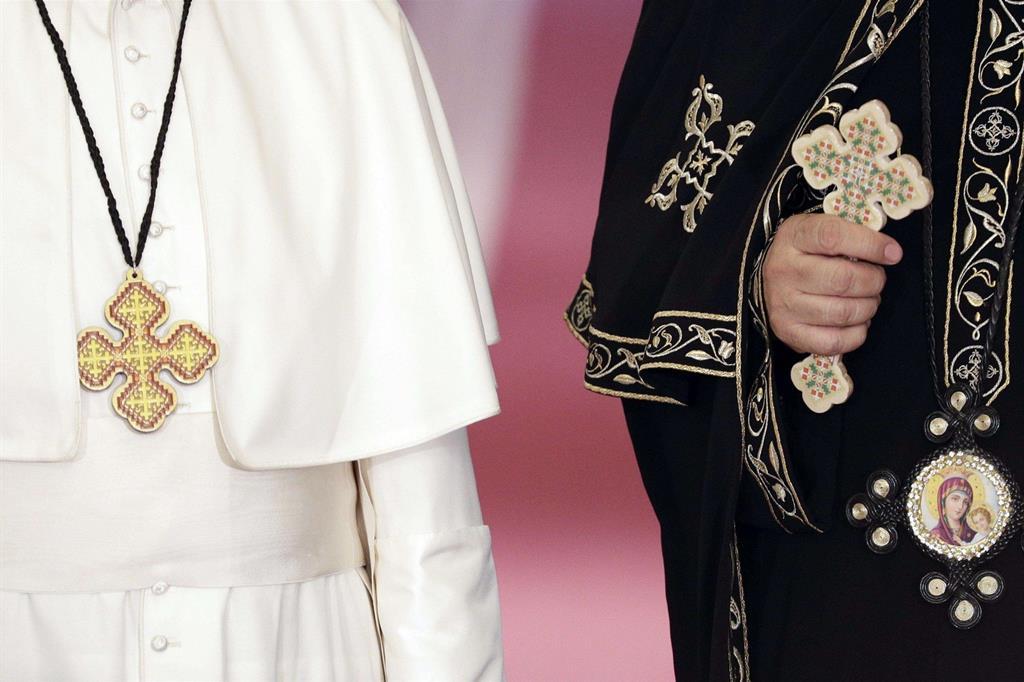 Il Papa con il Patriarca copto ortodosso Tawadros (Ansa)