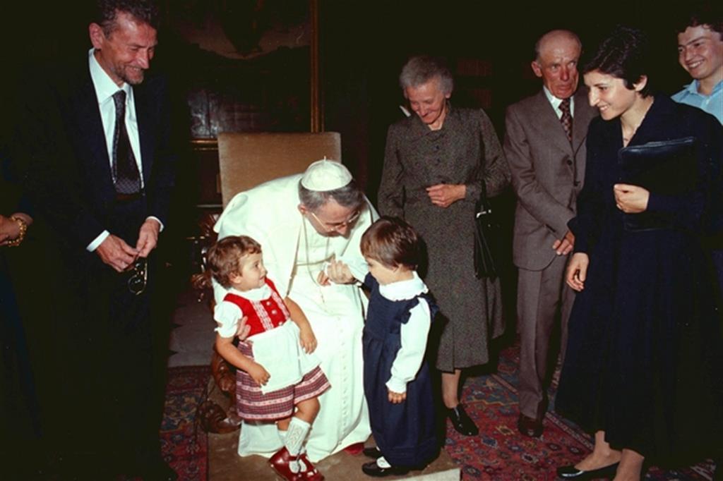 Giovanni Paolo I riceve in udienza la sua famiglia. Il fratello Edoardo a sinistra e la sorella Antonia a destra (Siciliani)