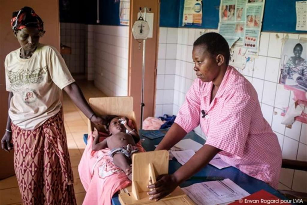 Gli operatori sanitari controllano la crescita dei piccoli -