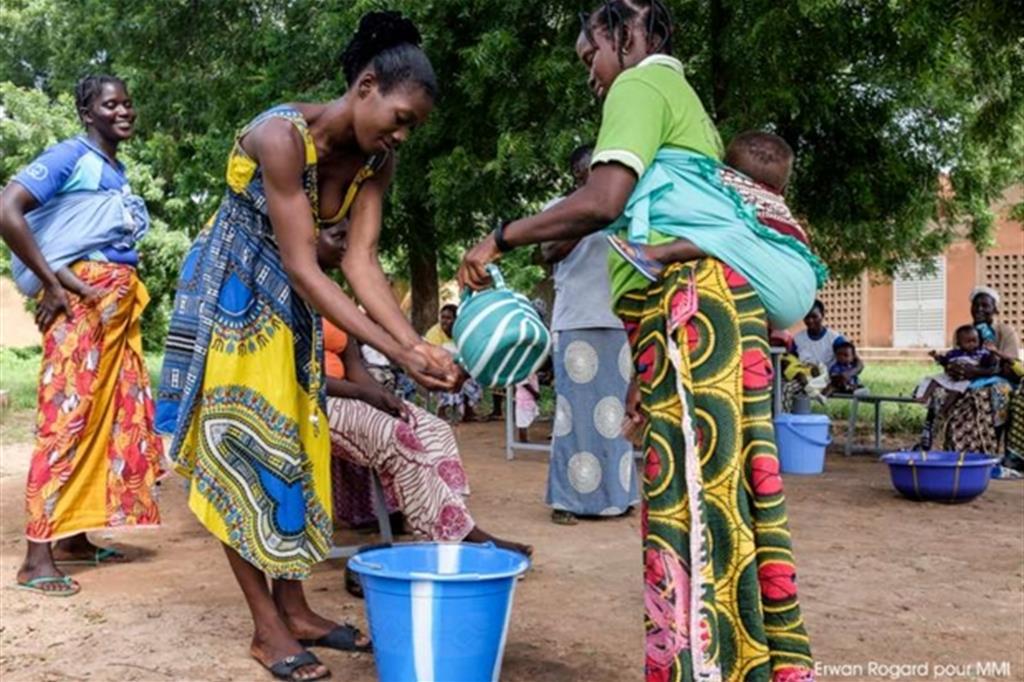 Si mostra alle mamme come preparare il cibo e in particolare le pappe per i bambini -
