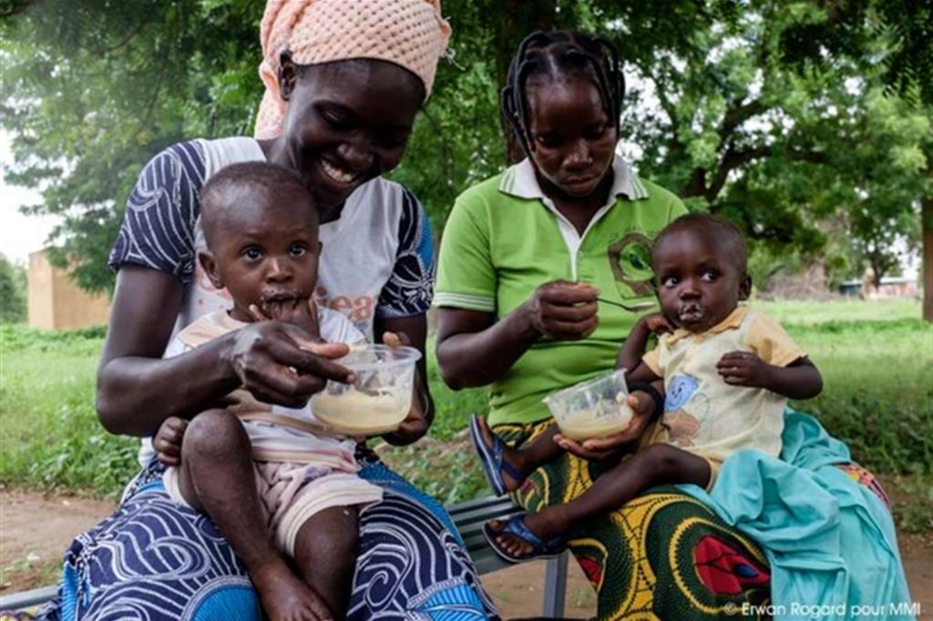Poiché l'agricoltura in Burkina Faso è povera, si insegna a preparare le pappe con cereali locali, arricchendole con alimenti molto nutrienti come i frutti del baobab e la papaya -
