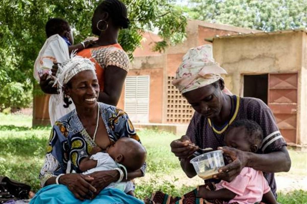 L'obiettivo della campagna Mangia che diventi grande promossa da Lvia e sostenuta dall'sms solidale al numero 45523 è di raccogliere 115mila euro per sostenere le mamme e i bimbi malnutriti -