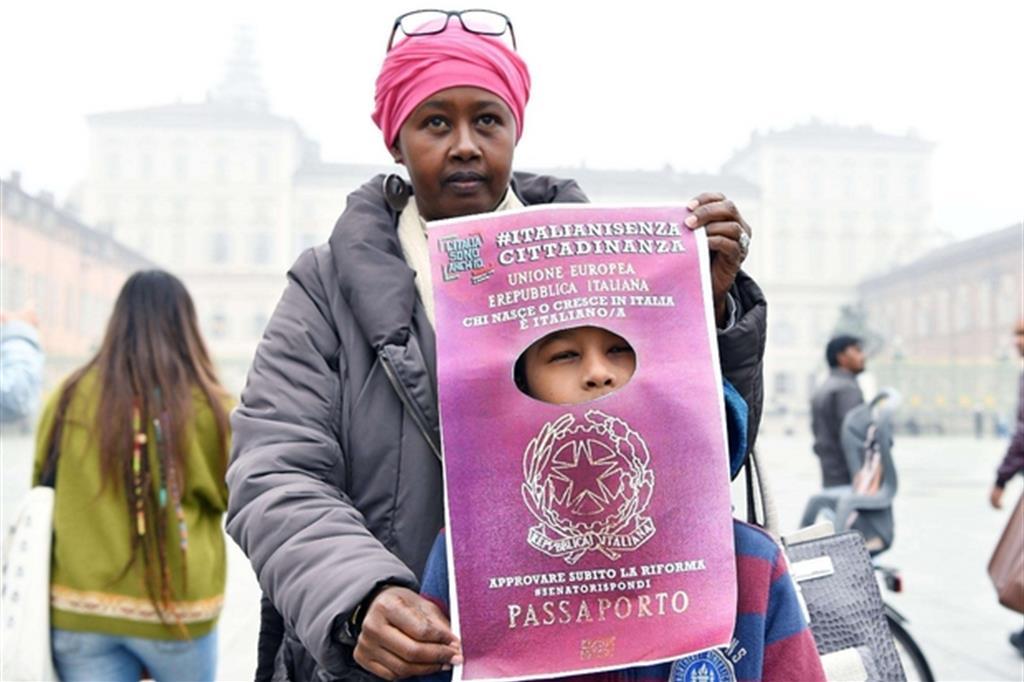 Manifestazione a Torino di Italiani senza cittadinanza (Ansa)