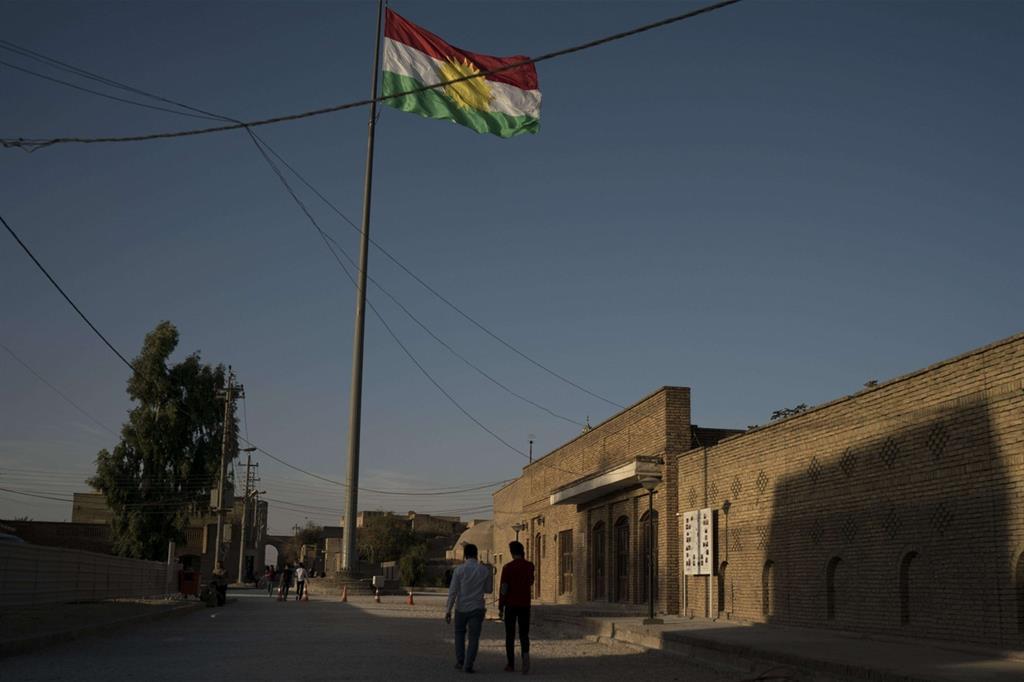 La bandiere del Kurdistan iracheno sventola sulla cittadella di Erbil (Ansa)