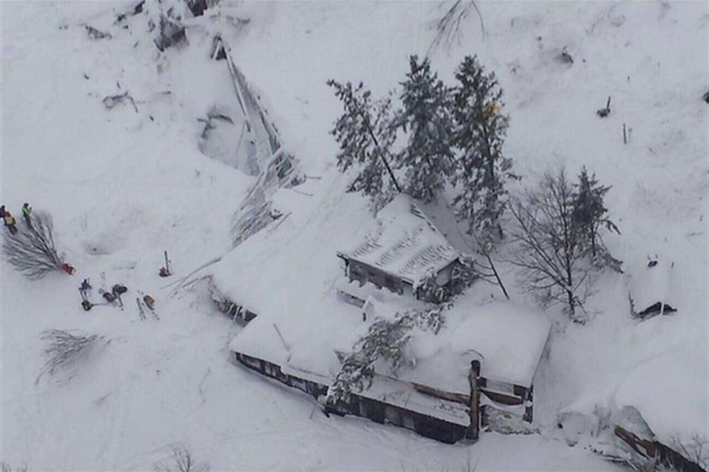 Valanga su hotel, 30 dispersi. Estratte le prime tre vittime. «Tanti morti»