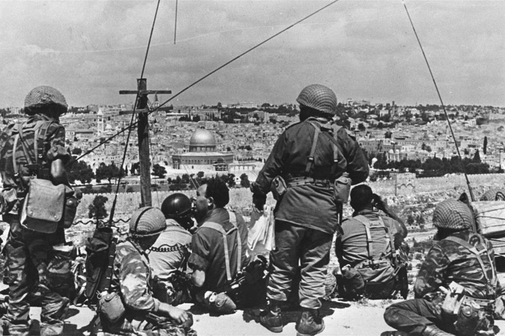 Il generale Motta Gur e le sue truppe scrutano la Città Vecchia di Gerusalemme prima di sferrare l'attacco (Ufficio stampa del Governo israeliano)