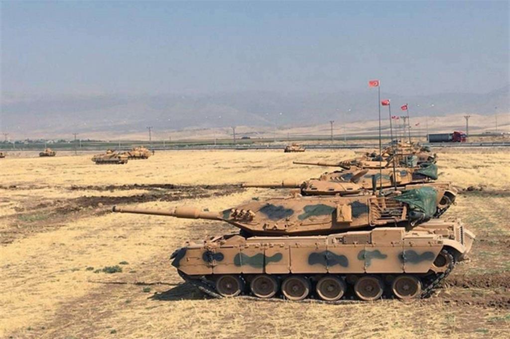 Carri armati turchi appostati al confine iracheno (Ansa)