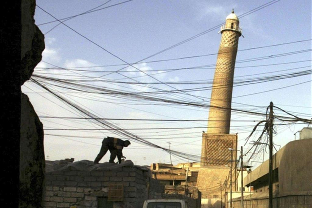 Il famoso «minareto pendente» della moschea  al-Nouri  di Mosul distrutta  dal Daesh