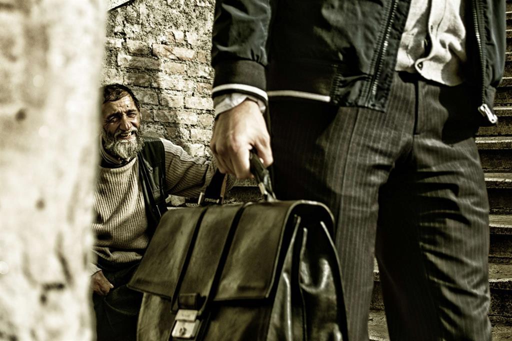 In Italia 1 persona su 4 oggi è a rischio povertà. Questa la foto vincitrice del concorso Oxfam nella categoria Disparità. È di Elena Longarini e si chiama Osso di seppia -