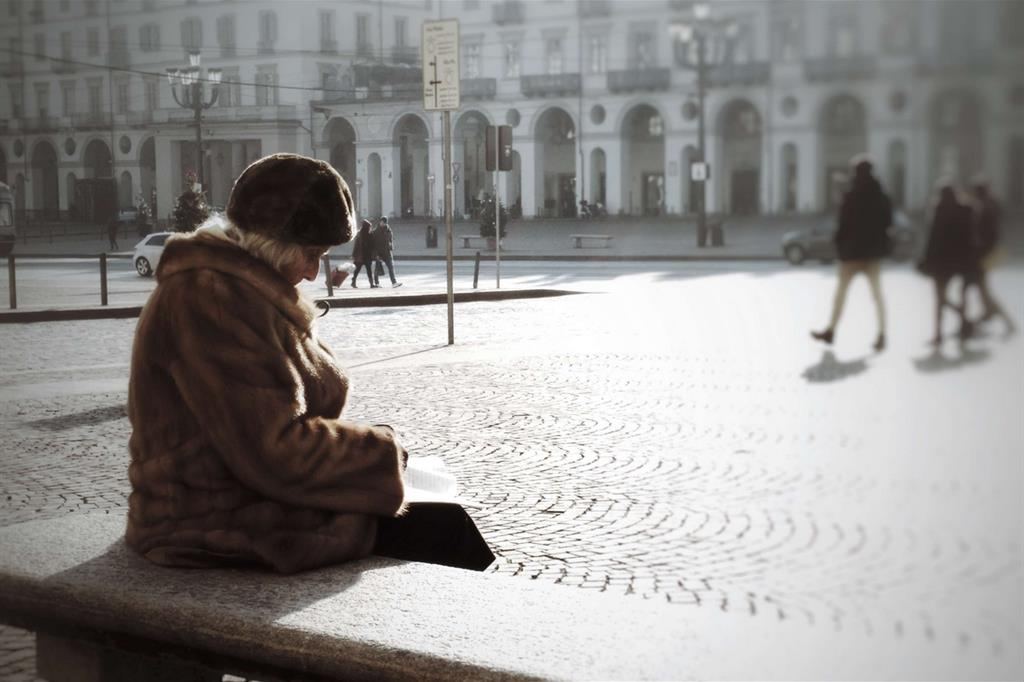 La foto più votata è La solitudine del Natale di Alberto Tosa. Il giorno di Natale questa anziana signora vestita a festa si è seduta in centro a Torino a leggere un libro su una panchina -