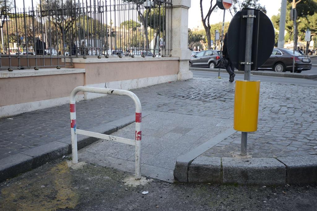 Categoria Servizi: al terzo posto Chiara Bassignana: Paesaggio bloccato: A causa di qualcuno... non passa più nessuno... neppure chi non potrebbe passare che da lì. -
