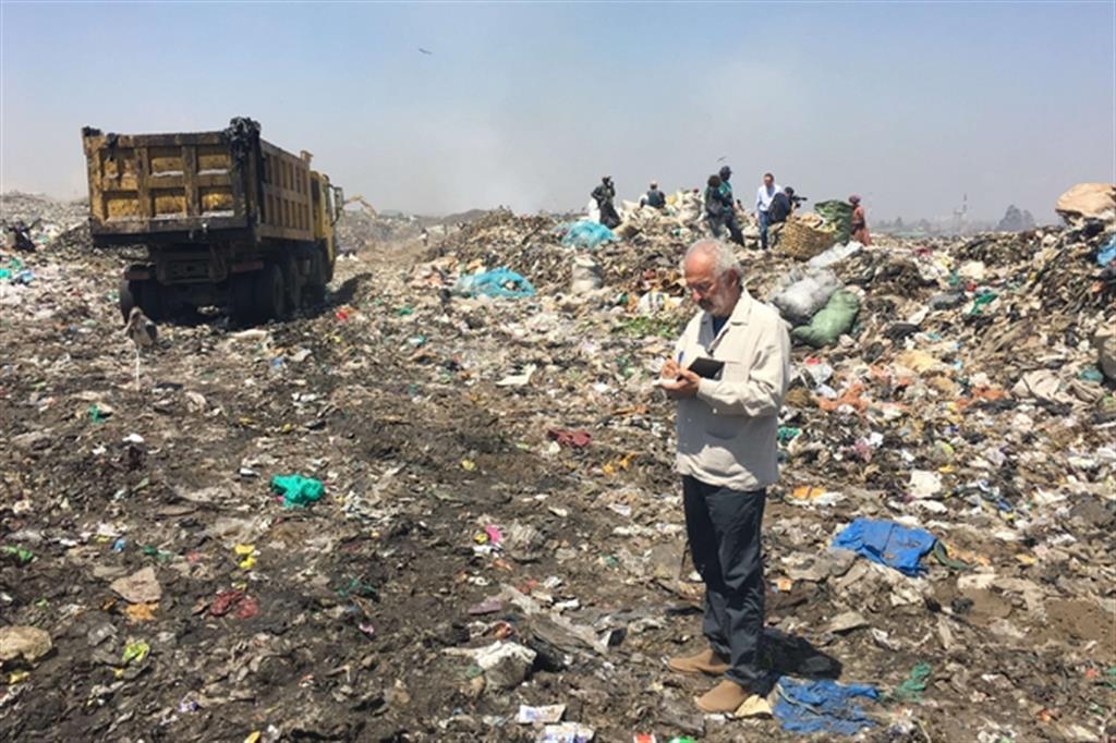 """Gad Lerner nella discarica di Dandora a Nairobi, in Kenya per """"Ricchi e poveri"""" su Rai 3"""