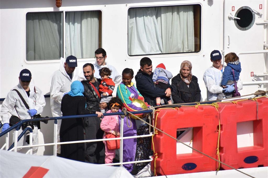 Migranti soccorsi dalla ong Moas e sbarcati a Catania (Ansa)