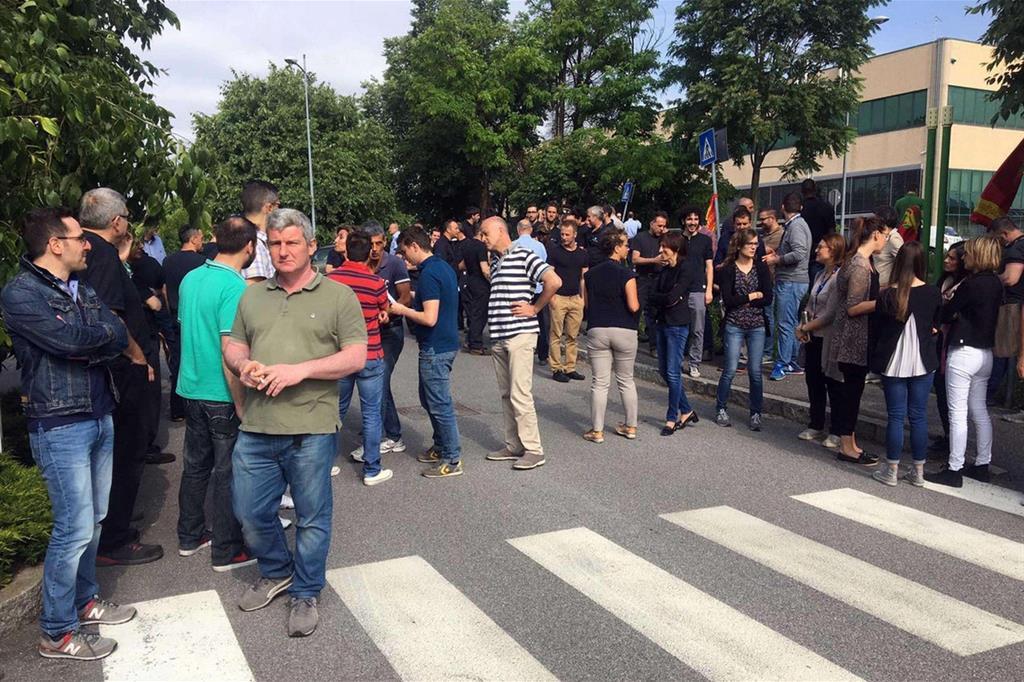 I dipendenti della Reggiani Macchine di Grassobbio in sciopero davanti ai cancelli (Ansa)