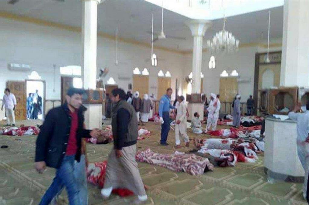 In alcune sale della moschea sono allineati i cadaveri dei fedeli (Ansa)