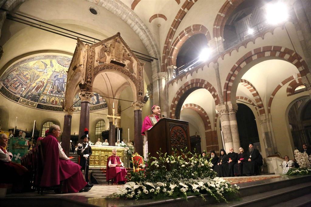 L'arcivescovo di Milano, Mario Delpini, durante i Primi Vespri per la festa di sant'Ambrogio