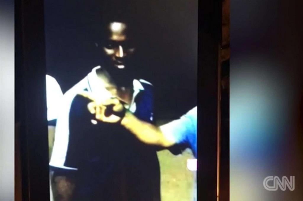 Un fermo immagine dal video della Cnn, girato con telecamera nascosta e consegnato alle autorità libiche