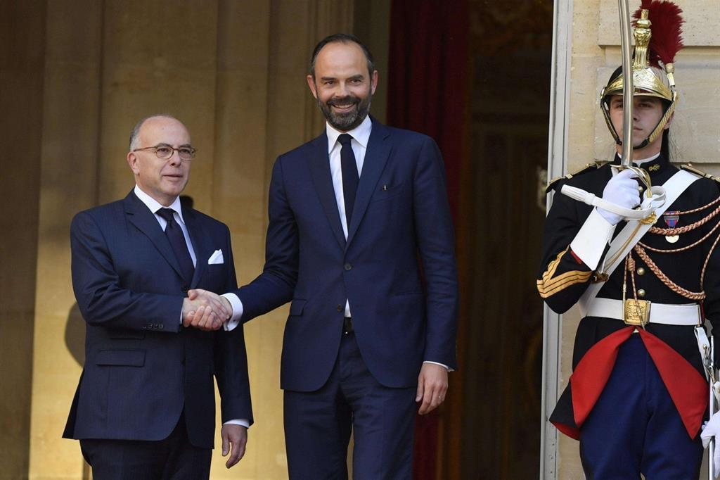 Cerimonia ufficiale di passaggio di consegne tra il premier uscente Cazeneuve (a sinistra) e il neo primo ministro Philippe (Ansa)