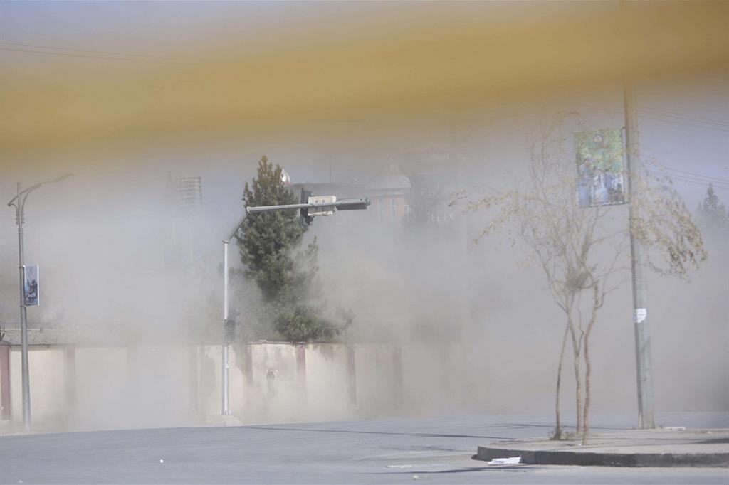 Fumo esce dalla sede di Shamshad tv, a Kabul, durante l'attacco rivendicato dal Daesh (Ansa)