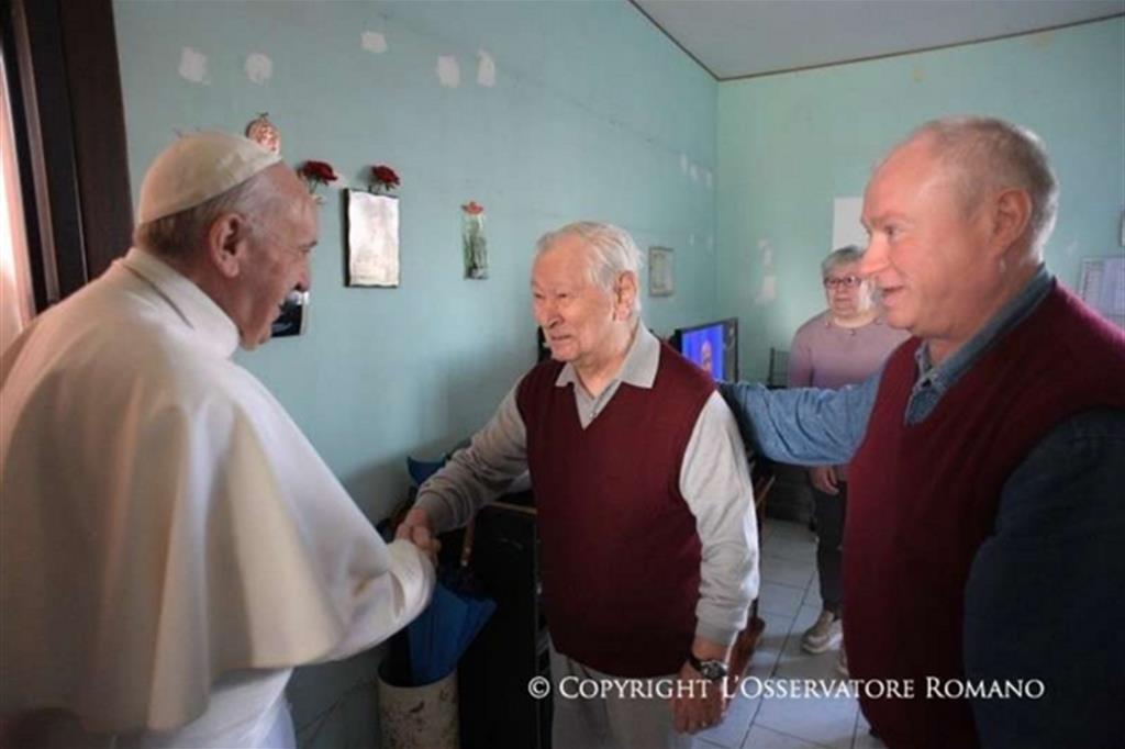 Via Salomone, visita di Papa Francesco alle case bianche -