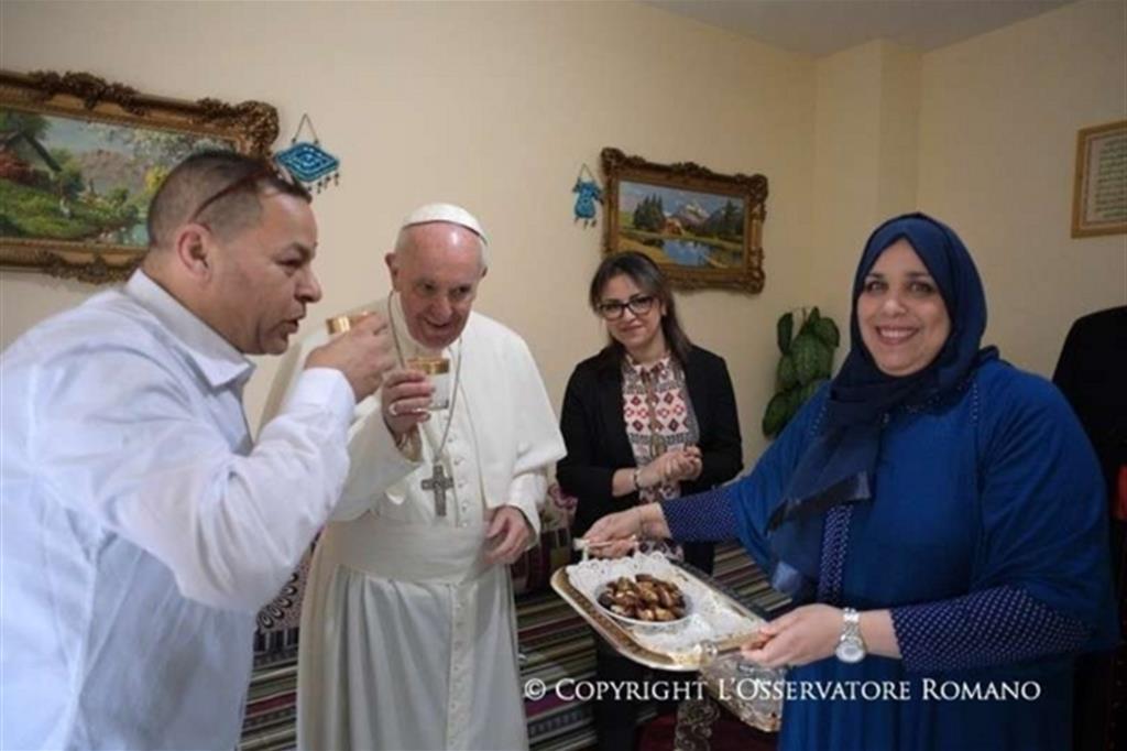 Francesco con la famiglia musulmana visitata alle case bianche -