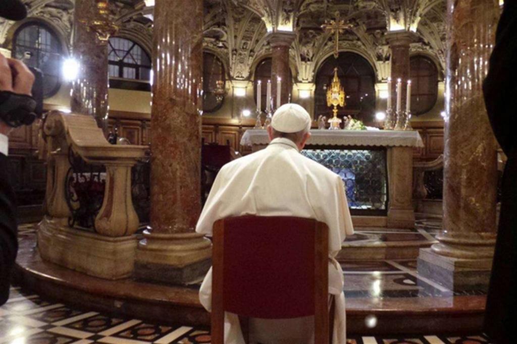 Francesco in raccoglimento nel Duomo di Milano -
