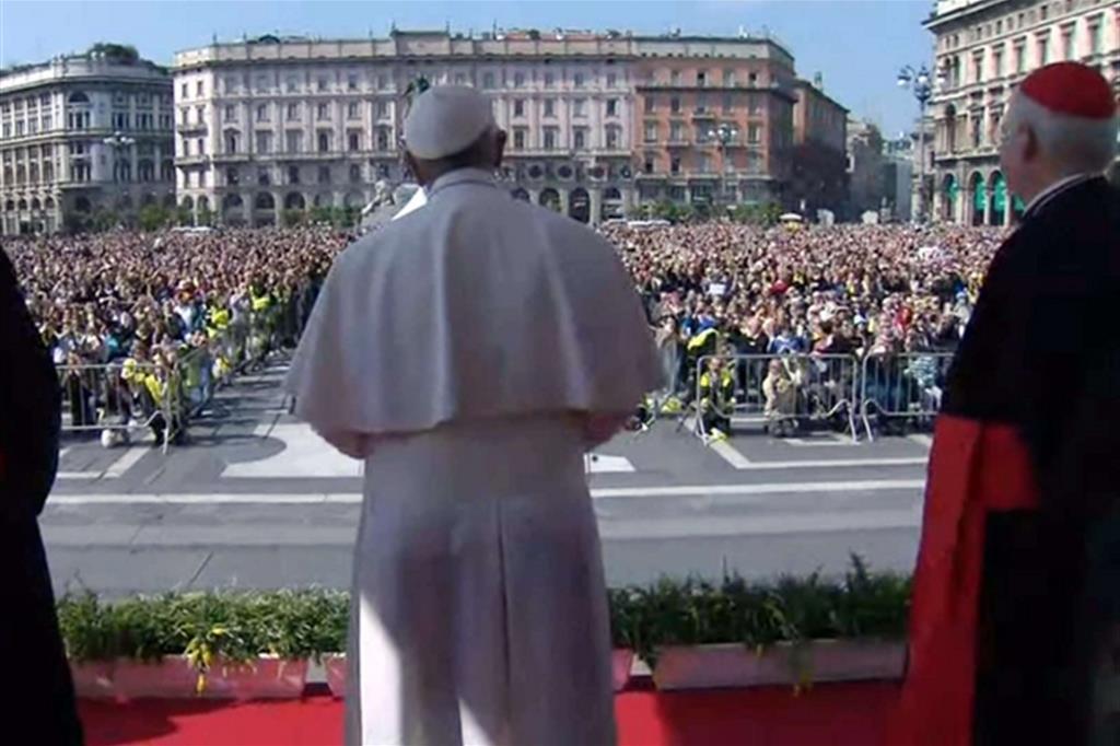 Francesco lascia il Duomo e saluta la gente in piazza. Poi la recita dell'Angelus -