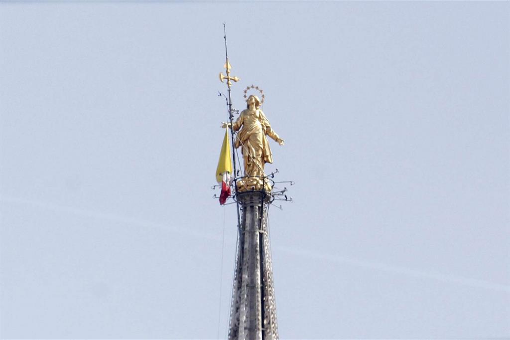 La Madonnina con la bandiera del Vaticano -