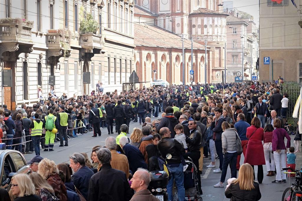 La gente in corso Magenta attende il passaggio del Papa -