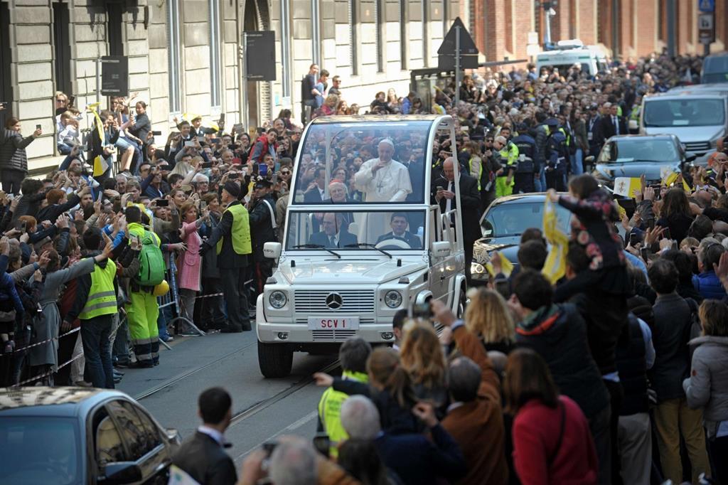 Papa Francesco in corso magenta -