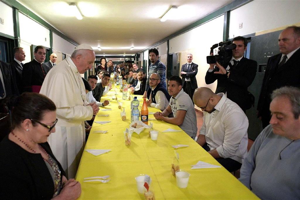 Papa Francesco benedice il pasto a San Vittore -