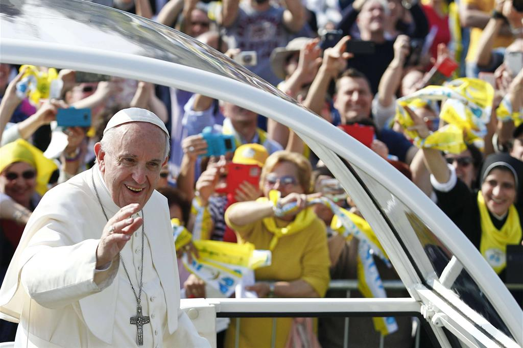 Papa Francesco saluta la gente accorsa a Monza per la Messa -