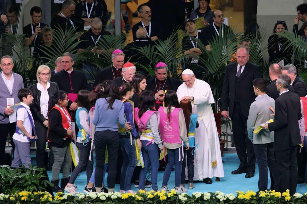 Papa Francesco con alcuni ragazzi -