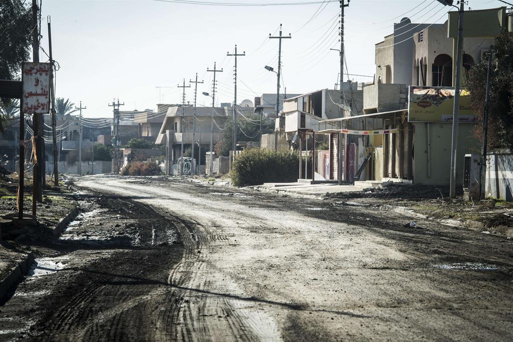 Il primo impatto, per chi in quelle strade vi è nato e cresciuto, è un tuffo al cuore: il ciglio della strada dissestato in un paesaggio spettrale. -