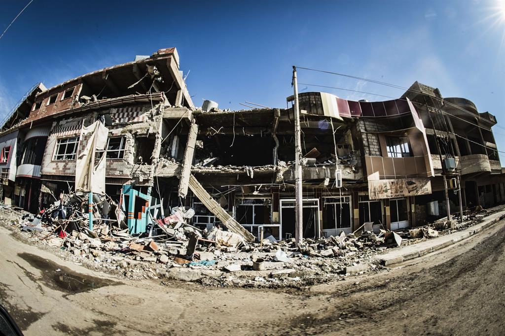 Ogni passo, nella «patria perduta», conferma la convinzione: impossibile senza sicurezza e adeguate infrastrutture anche solo tornare. -