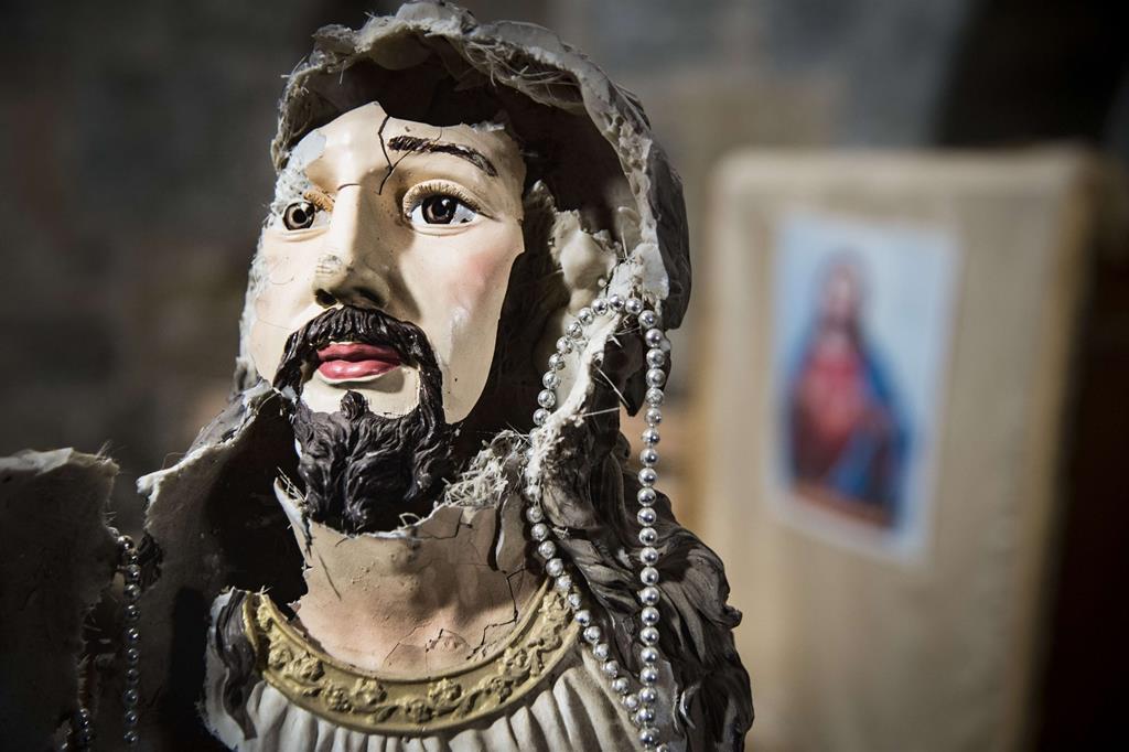 La gioia del ritrono lascia il posto a una ferita, come il volto di questa antica statua del Cristo. -