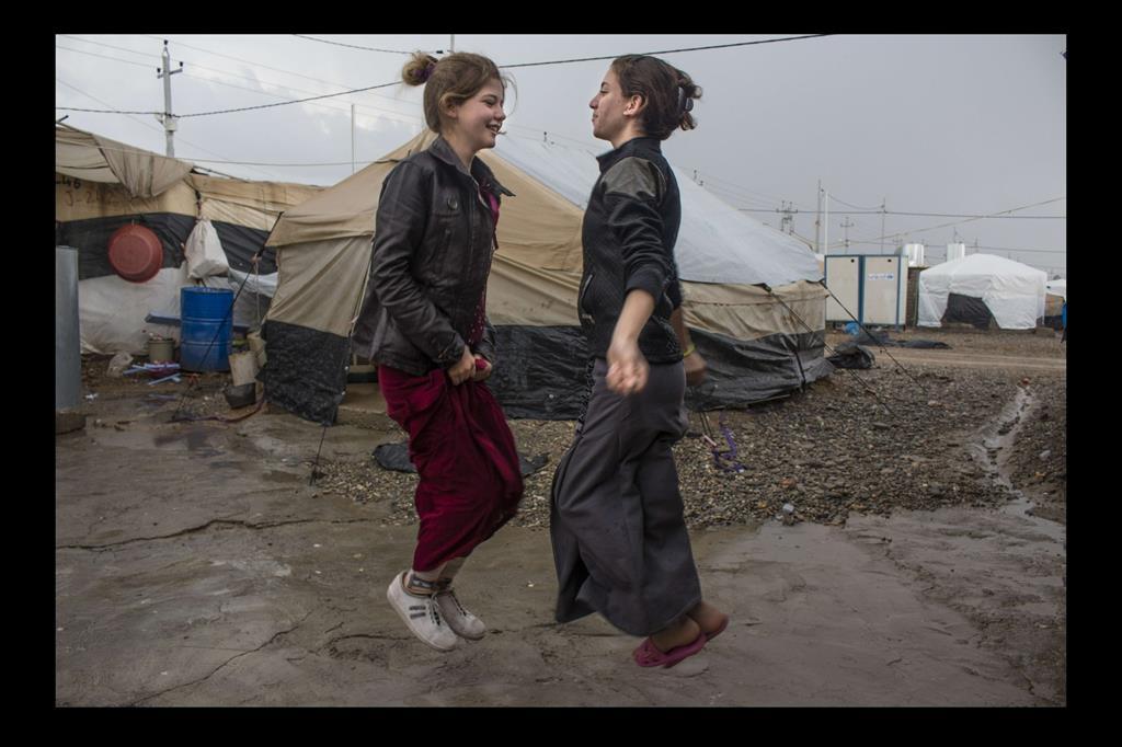 Nell'agosto 2014 oltre 400mila componenti della comunità yazida hanno dovuto abbandonare le loro case mentre Daesh conquistava, devastandole, ampie estensioni di territorio iracheno. Molti di loro sono stati fatti prigionieri e giustiziati, migliaia di donne e bambini sono stati ridotti in schiavitù. Chi è riuscito a fuggire si è rifugiato sulle montagne di Sinjar, per poi raggiungere i campi profughi della regione del Kurdistan iracheno. Il campo profughi di Khanke – il luogo dove sono ospitate le ragazze che sono anche le autrici delle fotografie e da cui provengono gli stessi scatti – ospita quasi 3mila famiglie, fuggite dalla provincia irachena di Ninive. Nonostante il trauma e gli orrori a cui ha assistito, la comunità yazida ha dimostrato caparbietà e una grande capacità di reagire, di cui la mostra fotografica è un toccante esempio. -
