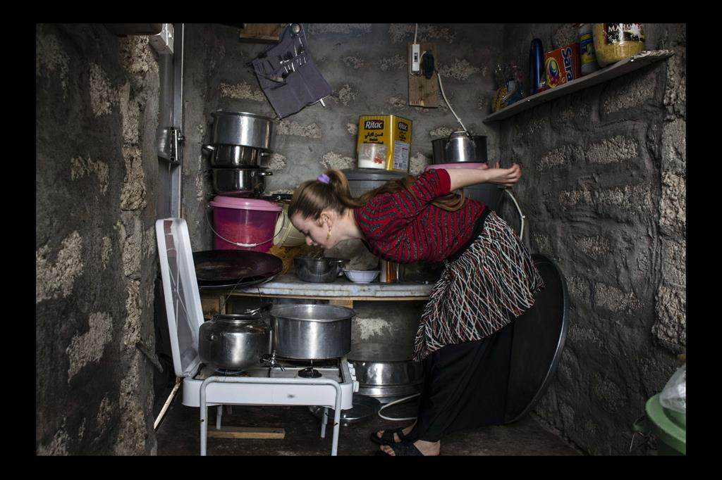 Le fotografie nel campo profughi di Khanke sono state scattate da alcune donne Yazide che vivono là: Manal Barakat, Zina Hassan, Klood Khedada, Samia Jendo, Bushra Qasim, Khawla Shamo. -