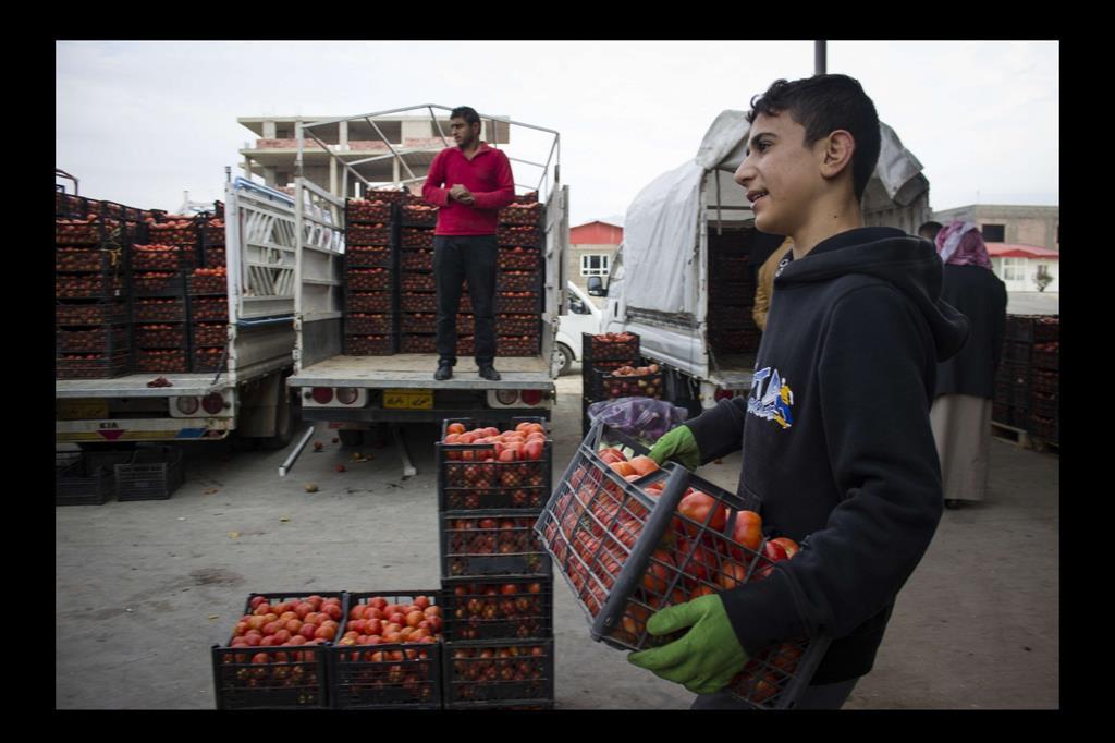 Eido Amra, sedici anni. Non può andare a scuola perchè lavora dalle 5 della mattina alle 4 del pomeriggio per guadagnarsi da vivere, per la misera una somma irrisoria di 2500 Dinari Iracheni (circa 1,88 €). -