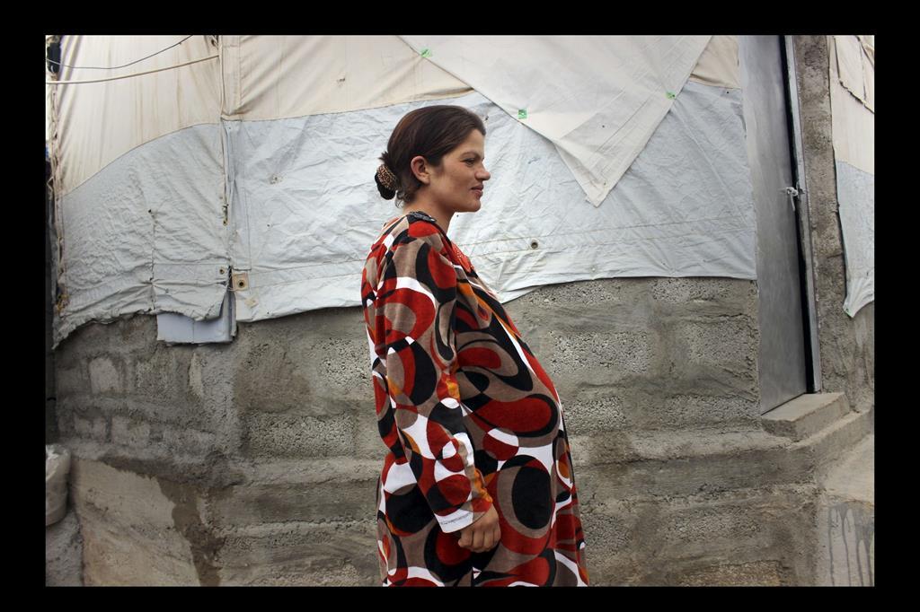 Aziza Ibrahim, ventinove anni. È incinta e vive la sua difficile condizione nel campo. -