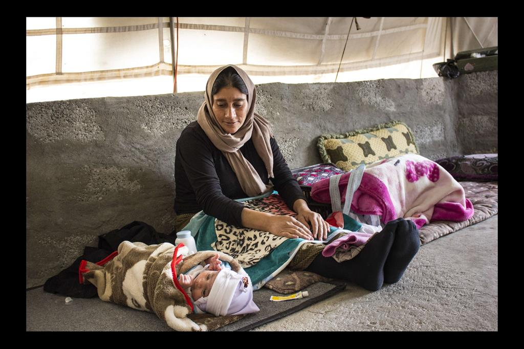 Nel campo profughi di Khanke è nata una bambina. Sua madre è una sfollata e vive in una tenda senza la disponibilità dei più elementari mezzi di sussistenza. -