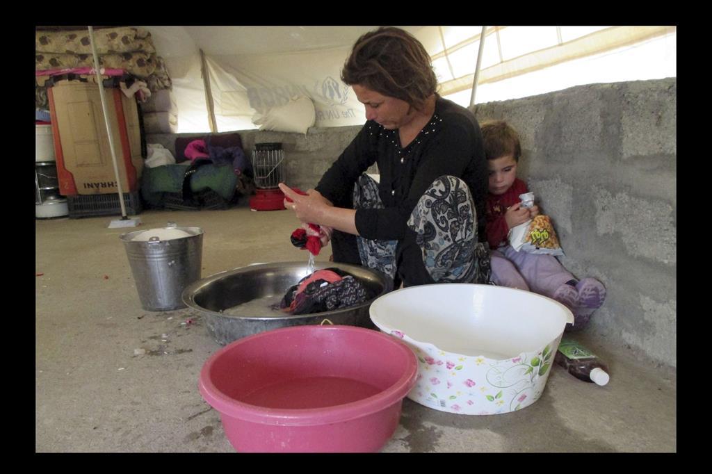 Lavigne Furman, trenta anni. Sta lavando i vestiti dei suoi bambini. Vivere in un campo profughi non significa che non possano indossare vestiti puliti. -