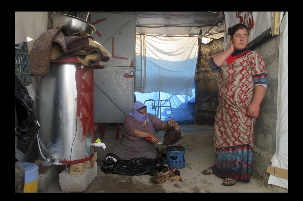 Mian e sua figlia cercano di adattarsi alla vita in un ambiente diffcile. -
