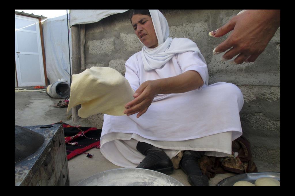 Una donna Yazida cuoce un pane schiacciato per le occasioni speciali. -
