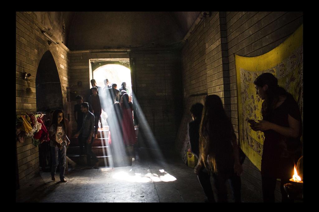 """La mostra fotografica prende spunto dal progetto dell'UNICEF """"Corso di tecniche fotografiche destinato a ragazze yazide"""" volto a dotare per un selezionato gruppo di giovani, vittime di guerra e sopravvissute ad atti di violenza di genere, di uno strumento espressivo e di un approccio al mondo del lavoro. -"""