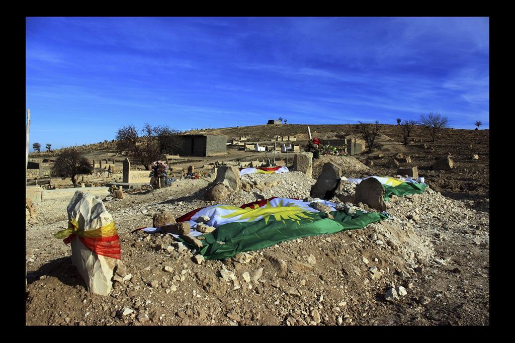 Tomba di Ghali. Nel 2015, dopo l'attacco a Sinjar, Ghali 35 anni, è morto tentando di raggiungere la Germania per cominciare una nuova vita con sua moglie e i suoi 5 bambini. La sua vedova si è tagliata i capelli e li ha lasciati sulla sua tomba in segno di lutto. -