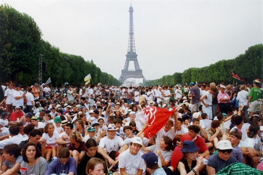 I giovani di tutto il mondo radunati sotto la Torre Eiffel il 19 agosto 1997 per l'apertura della Gmg -