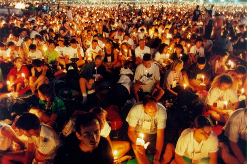La preghiera durante la grande veglia del 23 agosto 1997 all'ippodromo di Longchamp a Parigi -
